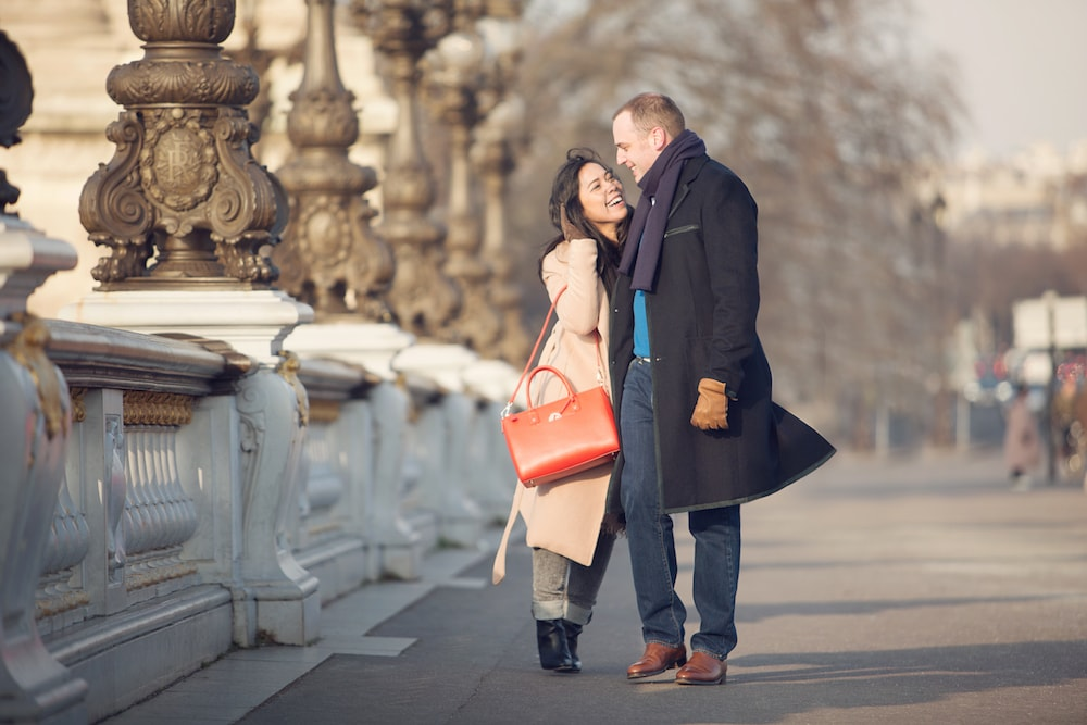 Photographe couple Paris sur le pont Alexandre III French photographer in Paris bridge Alexandre III couple of love