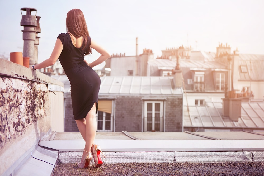 Photographe portrait Paris pour comedien et comedienne book photo modèle sur les toits de Paris chaussures Louboutin avec danseuse du Crazy Horse french portrait photographer from Paris for actor and actress on the roof of paris
