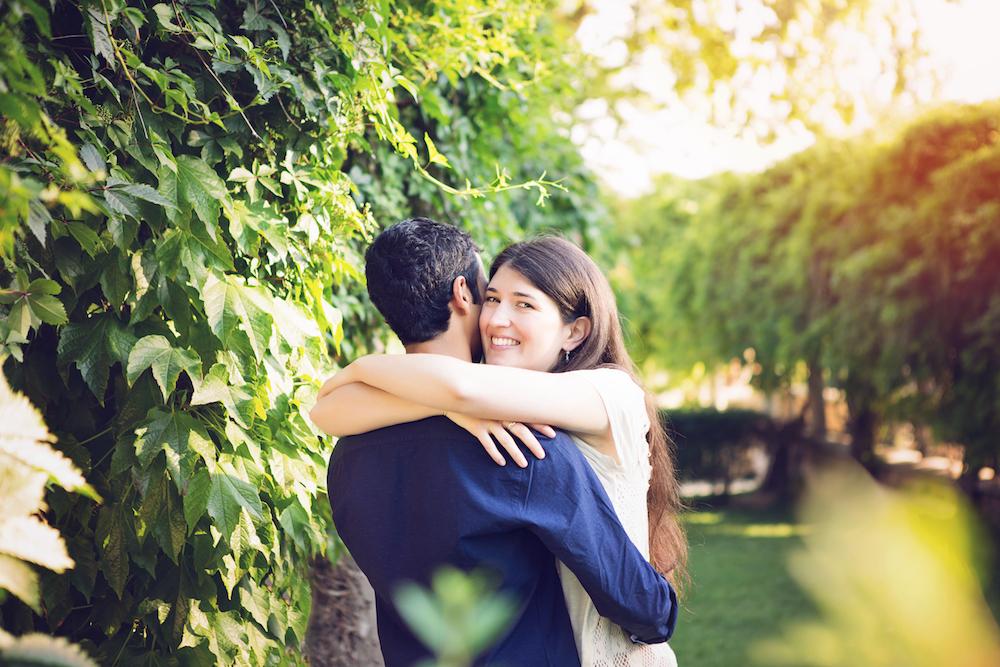 séance photo couple dans un jardin de Montmartre Paris avec le levé de soleil