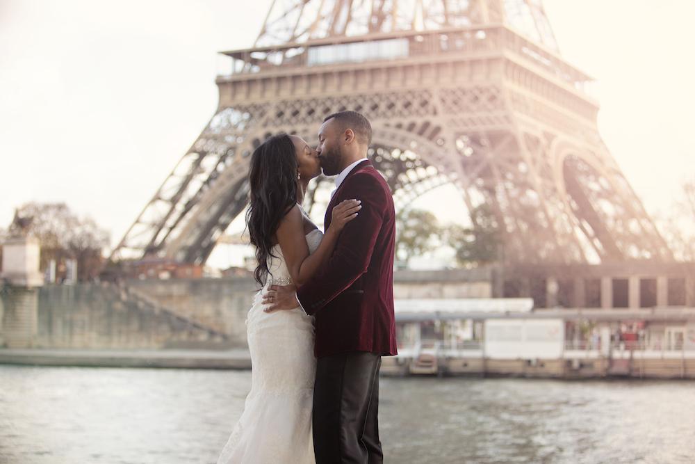 Séance photo couple devant la célébre Tour Eiffel