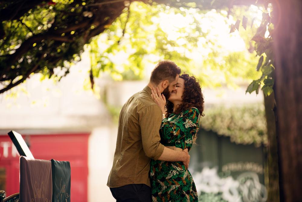 Photographe-couple-paris-banc-public-montmartre-sacré-coeur