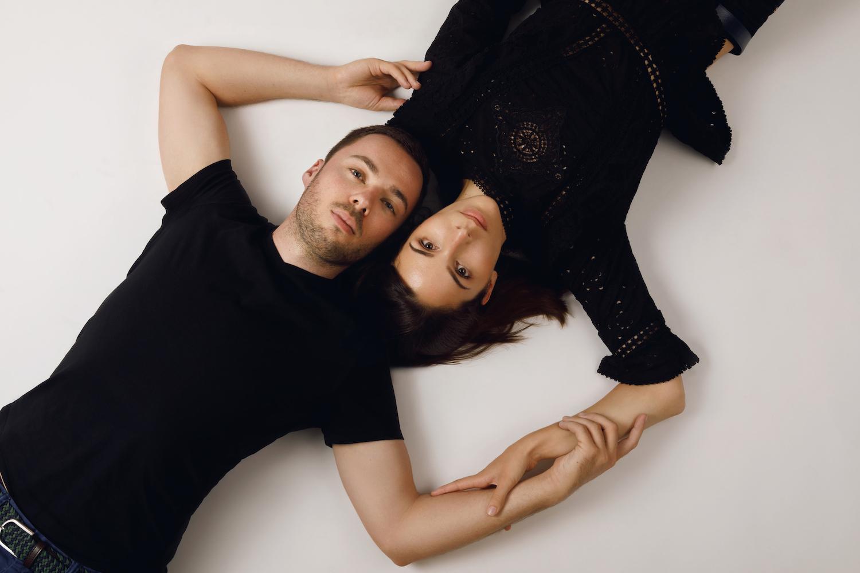 séance-photo-couple-en-studio-photographe-amoureux